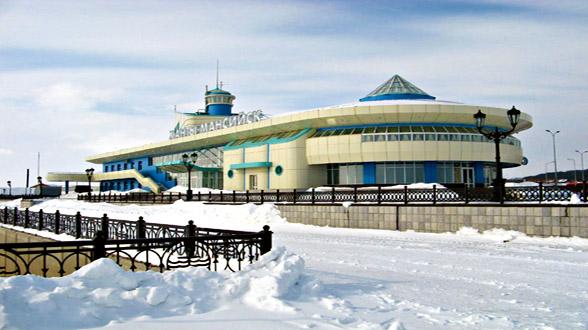 Ханты-Мансийск почти в 2000 километрах от Москвы.  Природная...  Город Ханты-Манси́йск находится на территории...